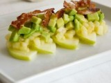 Салат из авокадо с беконом и яблоками